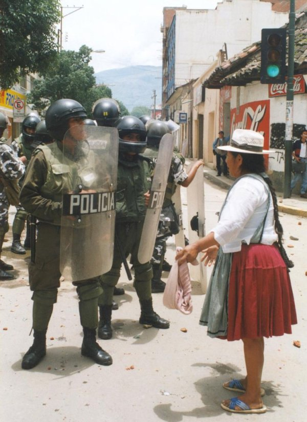 bolivian_woman_confronts_police.jpg
